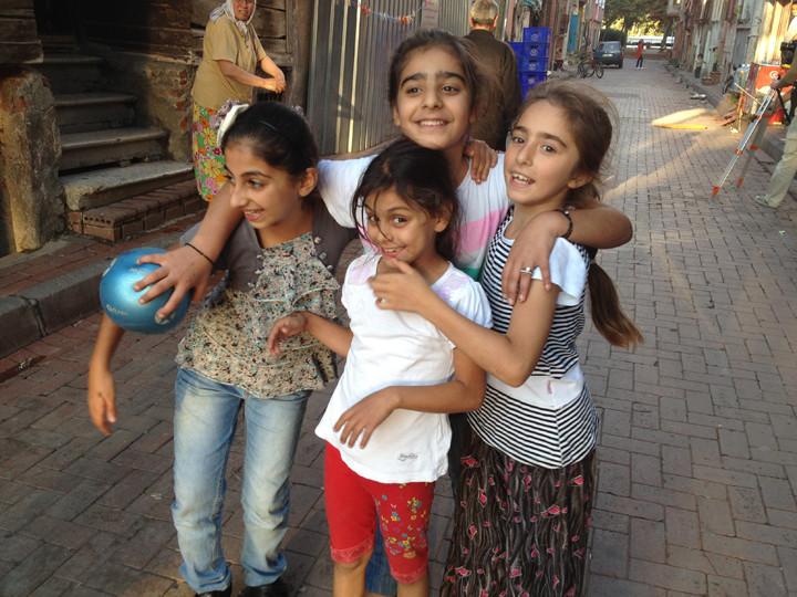 Çok basit! Elinizde kamera ile şehrin ara sokaklarında, hele ki sokağın çocuklar için başlı başına bir oyun alanı olduğu İstanbul'un sokaklarında dolaşıyorsanız, dikkatlerini çekmemeniz imkansız! Onlara ilişkin birer küçük hatıra koparmak elinizde…